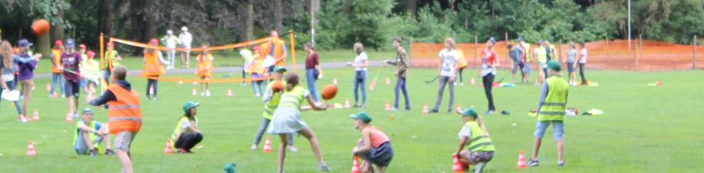 Spelletjes in het Park van Brasschaat tijdens het zomerkamp van al Plus - Spelend Frans Leren voor kinderen en jongeren van 5 tot 16 jaar